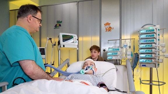 Mats Pieper (Carl Benzschawel, hinten) hat mit angehört, dass er und sein Bruder Cornelius (Moritz Hoyer, liegend) möglicherweise nicht bei seinem Vater bleiben können.