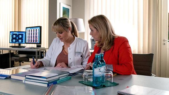Sarah Marquardt (Alexa Maria Surholt, re.) hat mitbekommen, dass eine renommierte Münchner Klinik an Dr. Lea Peters (Anja Nejarri, li.) interessiert ist. Um Lea ihre Entscheidung etwas leichter zu machen, bietet Sarah ihr eine Oberarztstelle an der Sachsenklinik an.