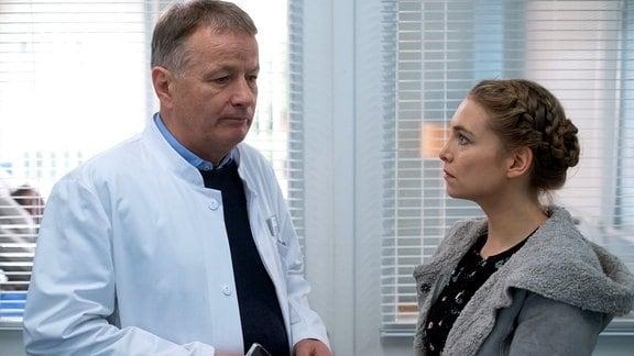 Saskia Heemeyer spricht besorgt mit Dr. Roland Heilmann.
