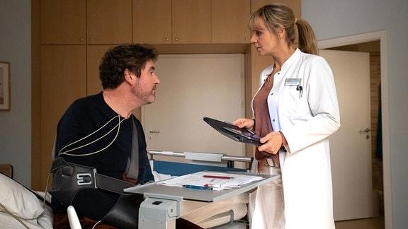 Dr. Lea Peters spricht mit Michael Friedrich.
