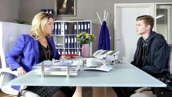 Sarah Marquardt (Alexa Maria Surholt) freut sich über einen spontanen Besuch ihres Sohnes Bastian (Johann Lukas Sickert), doch als Bastian mit dem Grund seines Besuches herausrückt, ist die gute Stimmung dahin: Bastian will ausziehen.