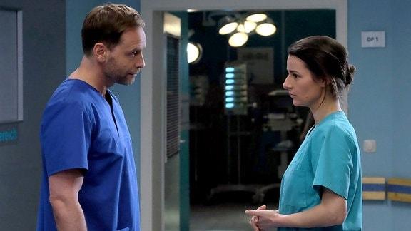 Dr. Maria Weber (Annett Renneberg) entschuldigt sich bei Chefarzt Dr. Kai Hoffmann (Julian Weigend) für ihren Zusammenbruch im OP. Doch Hoffmann hat vollstes Verständnis für Maria Erschöpfung und spricht ihr ein Kompliment aus: Durch Marias Beharrlichkeit hat sie dem Patienten das Leben gerettet.
