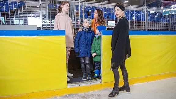 Arzu Ritter ist mit ihren beiden Söhnen Oskar und Max  bei einem Schnuppertraining in der Eiskunstlaufhalle.