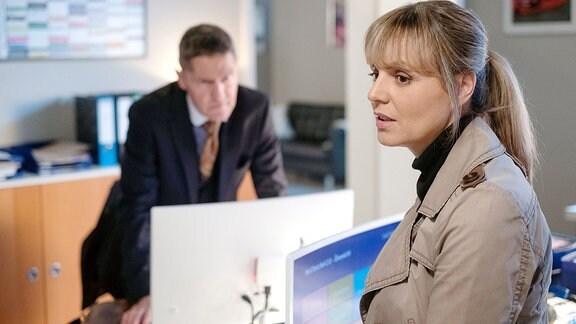 Dr. Lea Peters erzählt Dr. Kaminski, dass ihr eine Chefarztstelle im Neurochirurgischen Zentrum in München angeboten wurde.