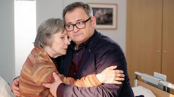 Luise Brenner ist voller Tatendrang und will den Tag mit ihrem Sohn verbringen. Doch Hans-Peter hat schon einen Krankentransport organisiert, der seine Mutter zurück nach Siegburg bringt.