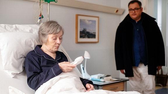 Hans-Peter Brenner ist in das Zimmer seiner Mutter Luise geeilt, da diese den Notruf gedrückt hat.