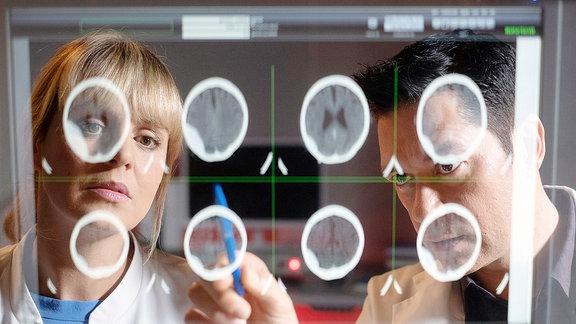 Dr. Philipp Brentano wertet die Aufnahmen einer Patientin aus und bittet Dr. Lea Peters um Hilfe.