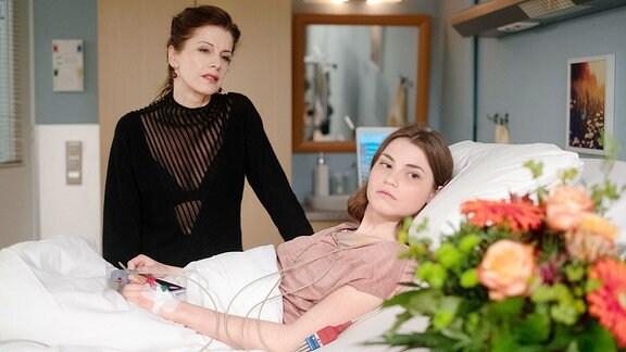 Jutta Dietze fragt ihre Tochter Solveig, wer ihr die schönen Blumen geschenkt hat.