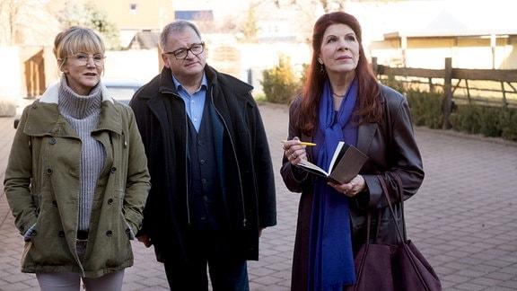 Vera Bader (Claudia Wenzel, re.) mit Hans-Peter Brenner auf dem Demenzbauernhof von Frau Dr. Jessel (Esther Esche, li.).