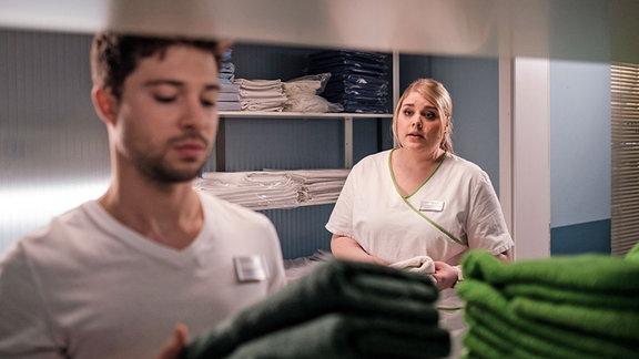 Schwester Miriam (Christina Petersen) fragt ihren Freund und Kollegen Kris Haas (Jascha Rust) etwas.
