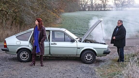 Hans-Peter Brenner (Michael Trischan) hat Vera Bader  (Claudia Wenzel) zur Besichtigung eines Demenzbauernhofs begleitet.