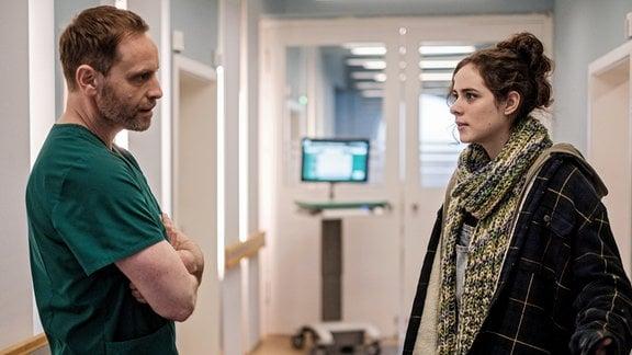 Dr. Kai Hoffmann (Julian Weigend) spricht mit Valea Radu (Emma Floßmann)