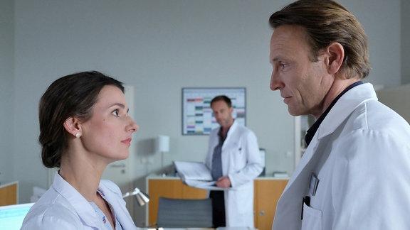 Dr. Maria Weber (Annett Renneberg, li.) und Dr. Martin Stein (Bernhard Bettermann, re.) erzählen Dr. Kai Hoffmann (Julian Weigend, mi.) von ihrer Wohnungssuche.
