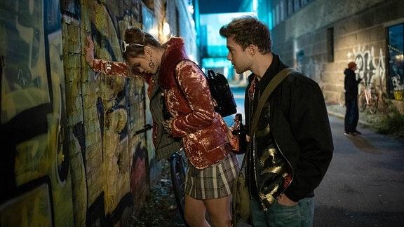Kris Haas (Jascha Rust) ist eigentlich mit Lilly Phan zu einem Konzert verabredet, doch die hat ihn versetzt. Beim Warten lernt Kris Isa (Matilda Merkel) kennen, der es aber offensichtlich nicht gut geht.