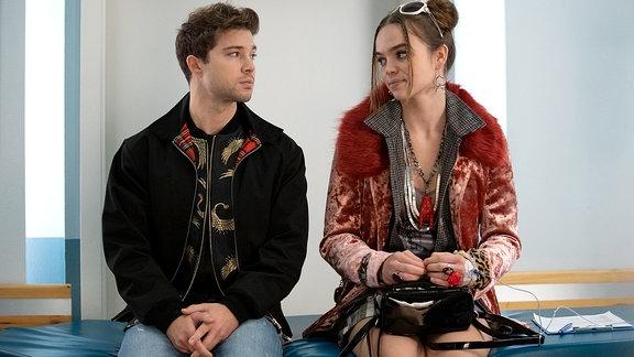 Kris (Jascha Rust) erkundigt sich bei Isa (Matilda Merkel) nach dem Typen, mit dem sie geschlafen hat. Isa erzählt, dass ihre Begegnung magisch war, aber er sich dann auch ziemlich schnell aus dem Staub gemacht hat.
