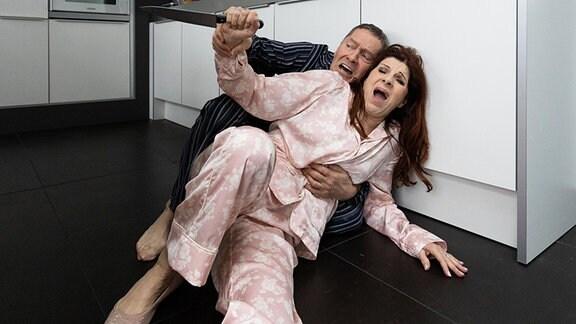 Rolf Kaminski (Udo Schenk) hat aus Sorge bei Vera Bader (Claudia Wenzel) auf dem Sofa geschlafen. Als er morgens in die Küche kommt, hat Vera vergessen, dass er bei ihr übernachtet hat und vermutet einen Einbrecher. Sie geht mit einem Messer auf ihn los.