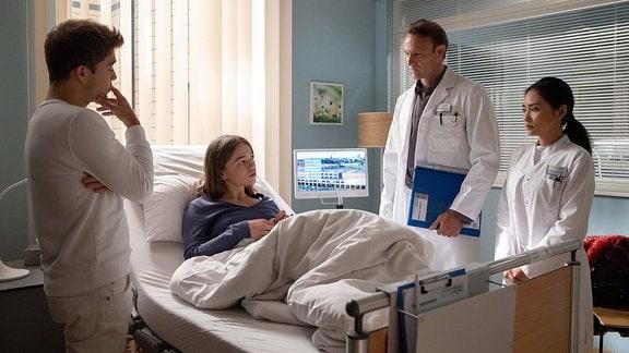 Isa spricht mit Dr. Martin Stein und Dr. Lilly Phan sowie Kris.