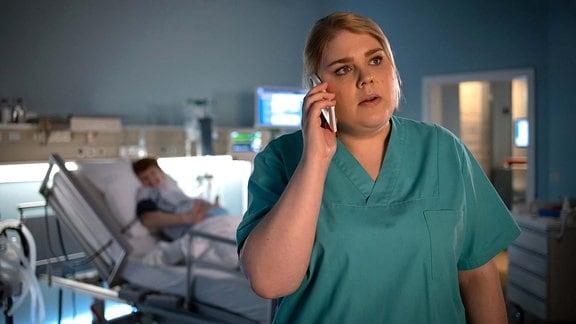 Franziska Teschner (Sarah Bauerett, li.) geht es plötzlich schlechter. Schwester Miriam (Christina Petersen, re.) informiert sofort Dr. Schulte.