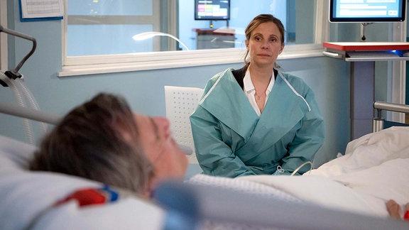 Die Ąrzte machen Katja Brückner (Julia Jäger) keine Hoffnung mehr, dass ihr Mann Stefan (René Steinke) wieder aufwacht. Katja muss nun seine Patientenverfügung akzeptieren und eine Entscheidung treffen.