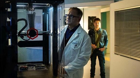 Kris Haas (Jascha Rust, re.) wundert sich, Hans-Peter Brenner (Michael Trischan, li.) immer noch in der Klinik vorzufinden. Er rät ihm, jetzt auch Feierabend zu machen.