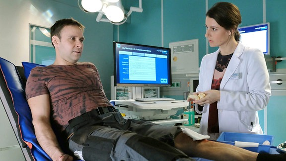 Tatsächlich hat sich Frank Geißler (Atef Vogel) bei seinem Sturz vom Gerüst das Bein gebrochen.