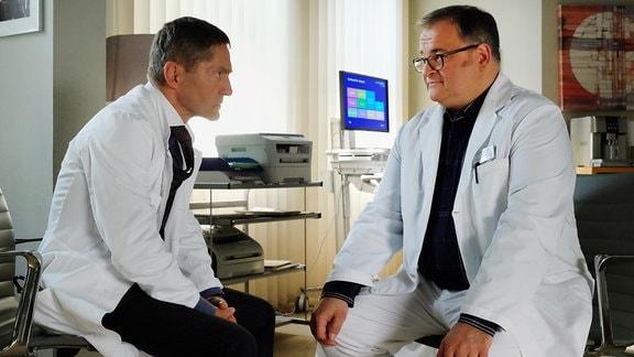 Hans-Peter Brenner (Michael Trischan, re.) bittet Dr. Rolf Kaminski (Udo Schenk, li.) um ein Gespräch.