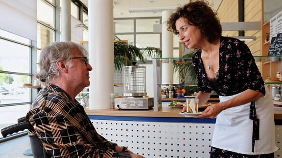 Einzig Linda Schneider (Isabel Varell, re.) schafft es, den griesgrämigen, frustrierten Heinz zu erweichen.