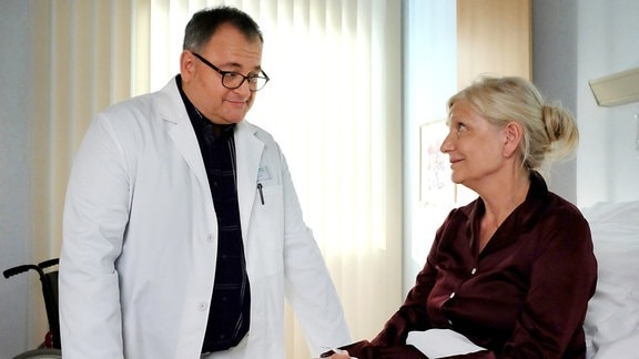 Irmgard Müller (Rita Feldmeier, re.) offenbart sich Hans-Peter Brenner (Michael Trischan).