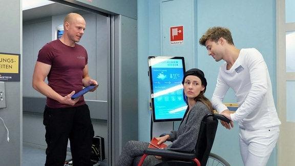 Dr. Maria Weber (Annett Renneberg, 2.v.re.) und Pfleger Kris Haas (Jascha Rust, re.) am Aufzug.