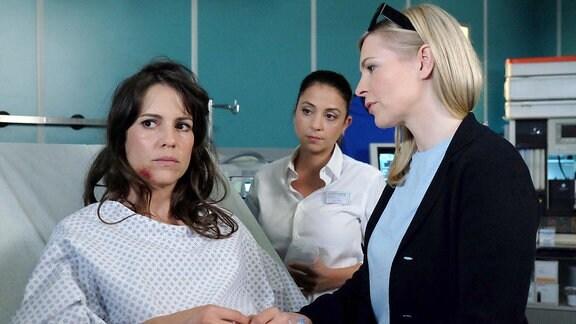 Oberschwester Arzu (Arzu Bazman, mi.) wundert sich über Karens Härte gegenüber ihrer Freundin Tessa.