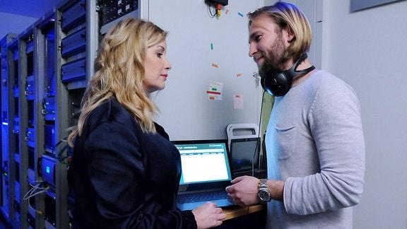 Sarah Marquardt (Alexa Maria Surholt) hat einen Vorwand gesucht, um Felix Sonntag (Jochen Matschke) zu sehen.