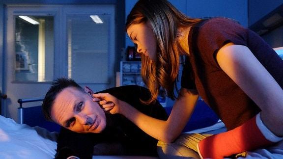 Konstantin Semmler (Dirk Martens), der berühmte Regisseur, besucht seine Tochter Frida (Pauline Ränevier) in der Sachsenklinik.