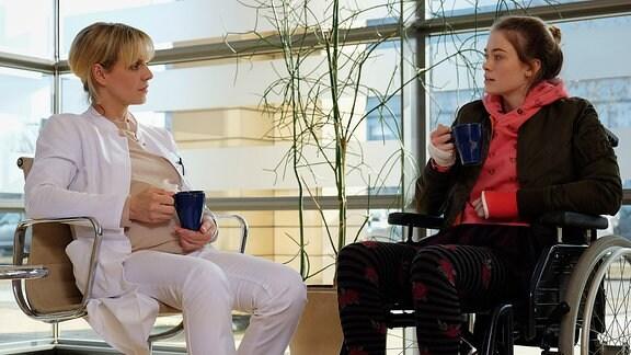 Dr. Lea Peters (Anja Nejarri, li.) lässt nicht locker und fordert von Frida Semmler (Pauline Rénevier, re.) eine Erklärung, warum sie so eine Angst vor einer Narkose hat - mit Erfolg. Frida beichtet, dass sie durch die Kreise in denen ihr Vater, der berühmte Regisseur Konstantin Semmler, verkehrt, mit Drogen in Berührung gekommen ist. Frida war mit neun Jahren schon drogenabhängig und hat allein einen Entzug gemacht. Durch die Narkose besteht die Gefahr eines Sucht-Rückfalles und das will und kann Frida nicht ein zweites Mal durchstehen. Doch die OP ist für Frida lebensnotwendig.