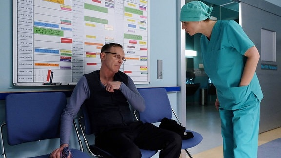 """Dr. Lea Peters (Anja Nejarri) konfrontiert den berühmten Regisseur Konstantin Semmler (Dirk Martens) mit seiner Schuld. Er ist dafür verantwortlich, dass seine 16-jährige Tochter Frida drogenabhängig war. Und nicht nur das, er, """"der Supervater"""", hat davon nicht einmal was bemerkt."""