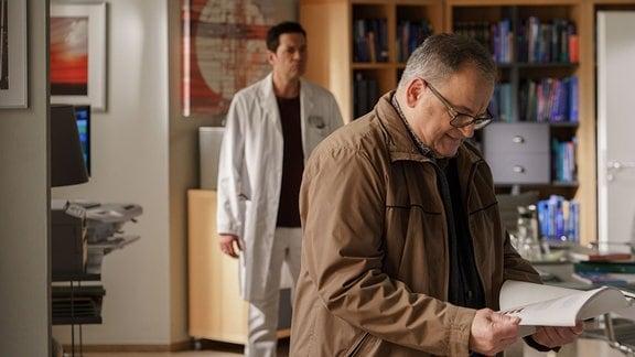Dr. Philipp Brentano (Thomas Koch, li.) spricht mit Freund und Kollege Hans-Peter Brenner (Michael Trischan, re.) .