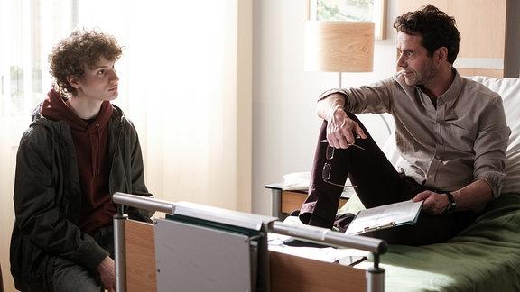 Ingo Mischke (Christian Schmidt, re.) im Krankenzimmer mit Sohn Lukas (Nico Ramon Kleemann, li.)