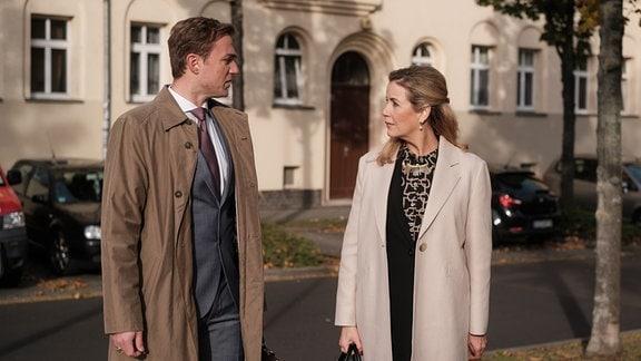 Sarah Marquardt (Alexa Maria Surholt) mit dem Gesundheitsdezernenten Dr. Seidel (Moritz von Zeddelmann) vor der Klinik.