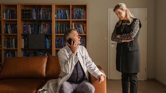 Dr. Roland Heilmann (Thomas Rühmann) am Telefon. Sarah Marquardt (Alexa Maria Surholt) um Geduld.