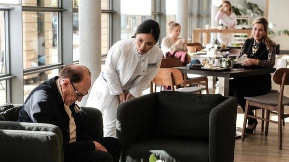 Sarah Marquardt (Alexa Maria Surholt, re.) erkennt in der Cafeteria den berühmten Komiker Leo Lachmann (Herbert Köfer, li.).