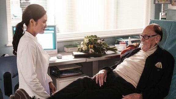 Dr. Lilly Phan (Mai Duong Kieu) hat Leo Lachmann (Herbert Köfer) untersucht, doch alle Ergebnisse sind bisher ohne Befund. Doch dann hat sie eine eher unkonventionelle Idee.