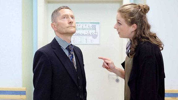 Dr. Kaminski (Udo Schenk) wird von Wanda Schäfer (Henriette Nagel) kritisiert.