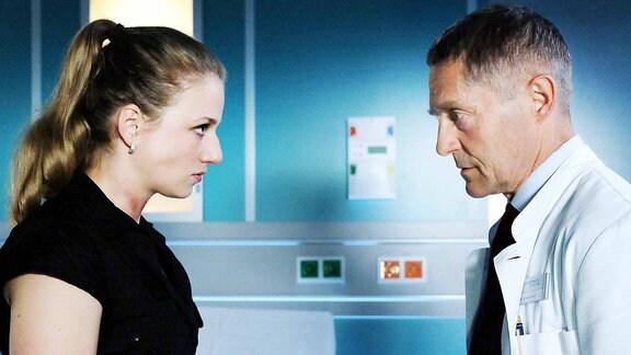 Dr. Kaminskis (Udo Schenk) und eine ehemalige Patientin Wanda Schäfer (Henriette Nagel).
