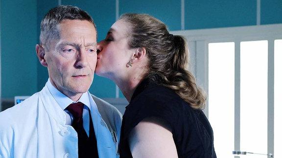 Dr. Kaminskis (Udo Schenk) ehemalige Patientin Wanda Schäfer (Henriette Nagel) küsst ihn auf die Wange.