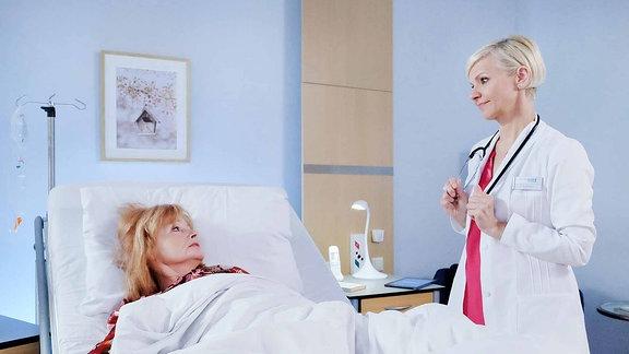 Dr. Kathrin Globisch (Andrea Kathrin Loewig, re.) hat bei Karla Stadlmann (Gertie Honeck, li.) einen Magentumor diagnostiziert.