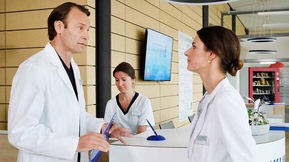 Dr. Maria Weber (Annett Renneberg, re.) und Dr. Martin Stein (Bernhard Bettermann, li.)unterhalten sich.