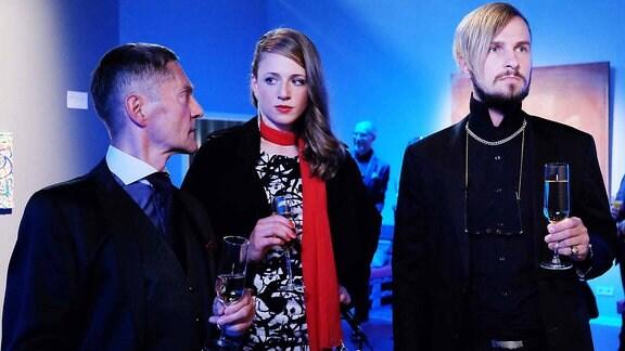 Dr. Rolf Kaminski (Udo Schenk, li.) trifft bei einer Ausstellung zufällig Wanda Schäfer (Henriette Nagel) mit einem Kunden.