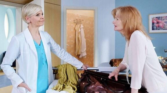 Karla Stadlmann (Gertie Honeck, re.) hat sich gegen eine Operation entschieden. Dr. Kathrin Globisch (Andrea Kathrin Loewig) findet das nicht gut.