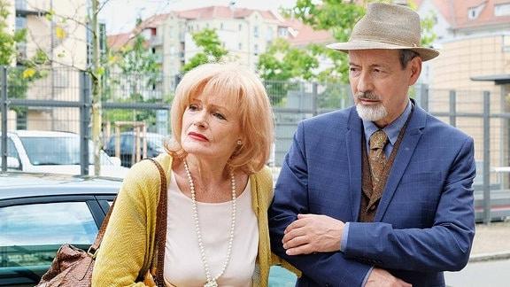 Karla Stadlmannn (Gertie Honeck) mit ihrem Schwager Oskar Stadlmann (René Schoenenberger).