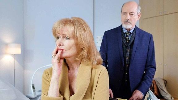 Oskar Stadlmann (René Schoenenberger) teilt seiner Schwägerin Karla Stadlmann (Gertie Honeck) mit, dass er die Pillen bei sich behalten wird.