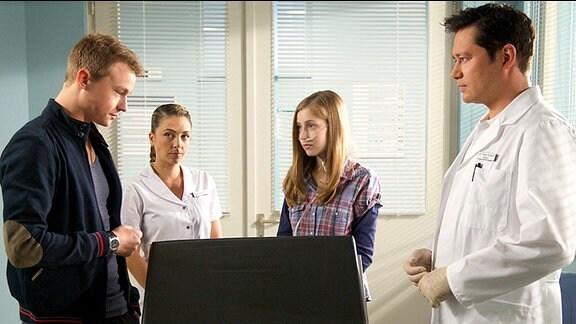 Finn Althoff (Dennis Mojen), Schwester Arzu (Arzu Bazman), Jasmin Schütte (Anna Willecke) und Dr. Philipp Brentano (Thomas Koch)
